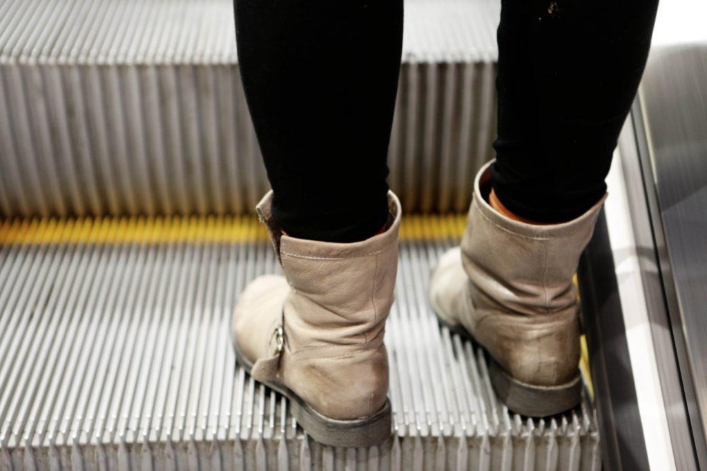 cesta eskalátorem v metru