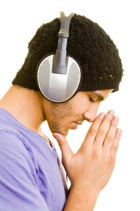Junger Mann hört über Kopfhörer Musik