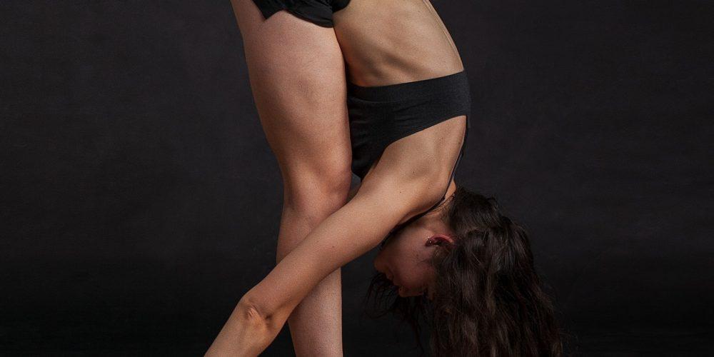 4 důvody, proč stojí za to vyzkoušet Bikram jógu (a 1 důvod, proč raději zvolit jiný druh pohybu).
