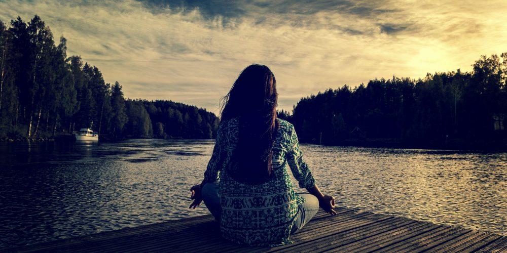 Jak to vypadá na 10denním meditačním kurzu Vipassana? Všechny důležité informace najdeš tady