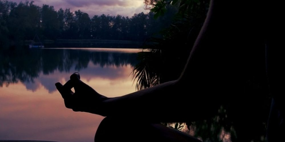 Všetko o meditácii Vipassana: prečo meditovať a ako prebieha 10dňový meditačný kurz Vipassany?
