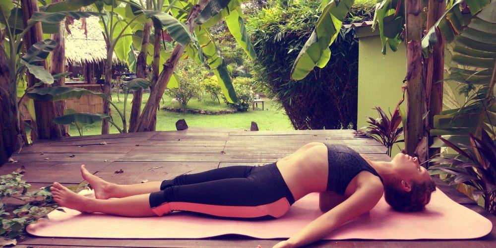 9 relaxačních jógových pozic s využitím jógových pomůcek, které si zamilujete (fotočlánek)